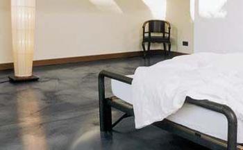 Il pavimento in cemento per la camera da letto