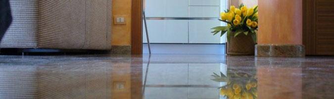 L'ingresso con pavimento in granito