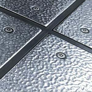 Il pavimento in metallo e cemento per il soppalco