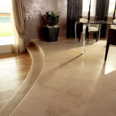 Il pavimento del soggiorno in travertino